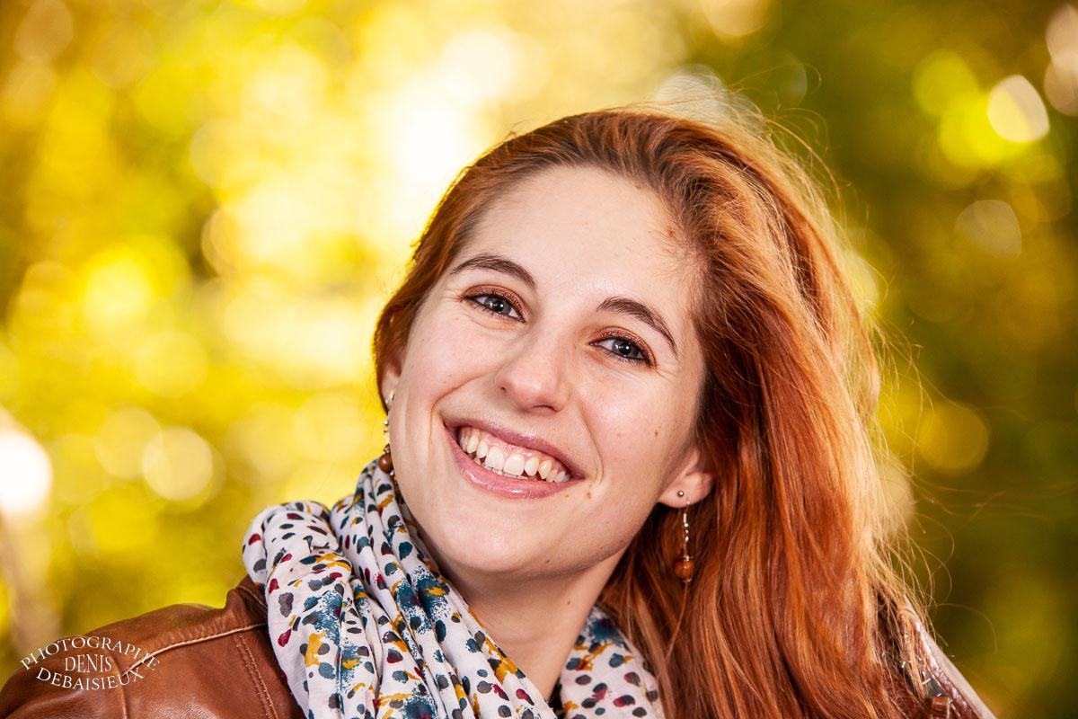 Jeune femme dans les couleurs de l'automne.